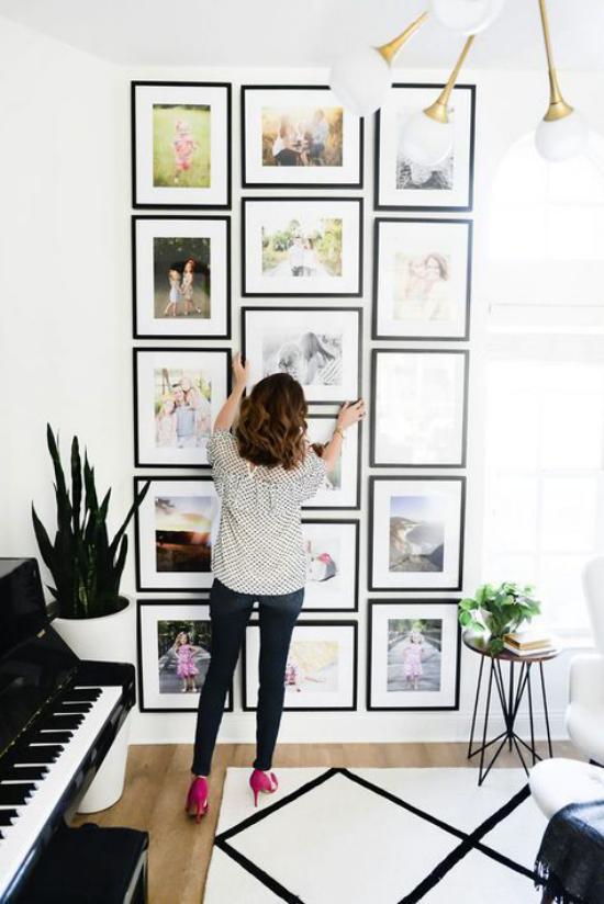 moderne Fotowand gestalten junge Frau viele Bilder strenge Anordnung