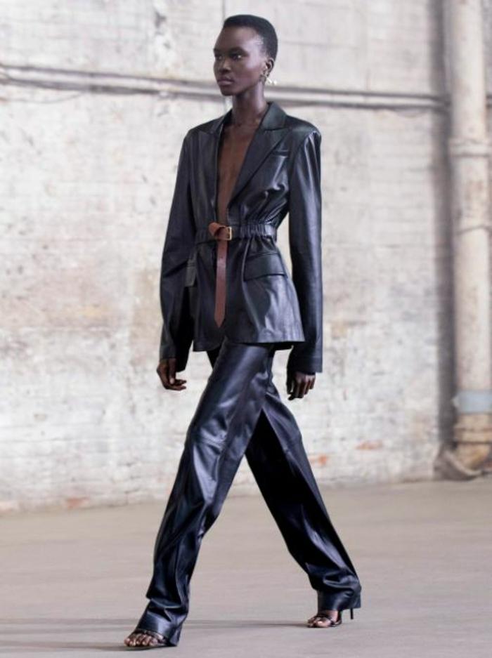 modetrends 2021 leder kostume frau