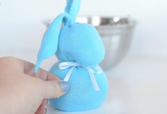 osterase basteln aus socken blau blaue socke