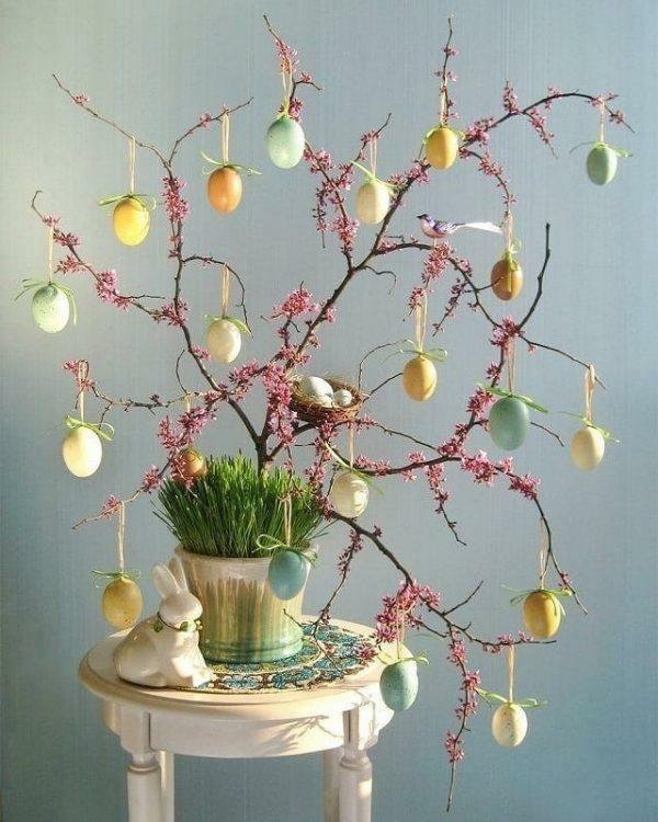 osterstrauß blühende osterzweige ostereier dekorieren