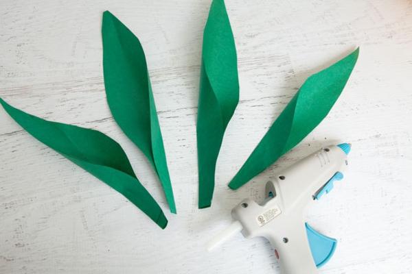 Ananas basteln Seidenpapier Pompon gelb grüne Blätter Heißklebepistole