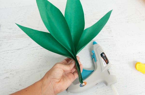 Ananas basteln Seidenpapier Pompon grüne Blätter basteln