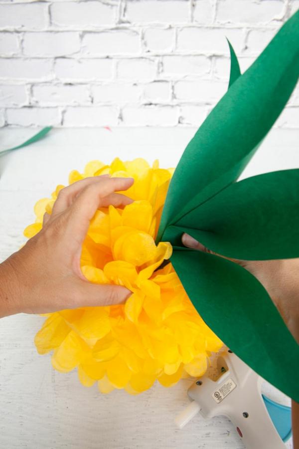 Ananas basteln Seidenpapier Pompon und Blätter zusammenkleben