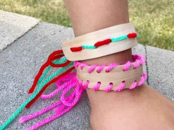 Basteln mit Eisstielen – coole Recycling-Bastelideen und Anleitung garn armband holz diy