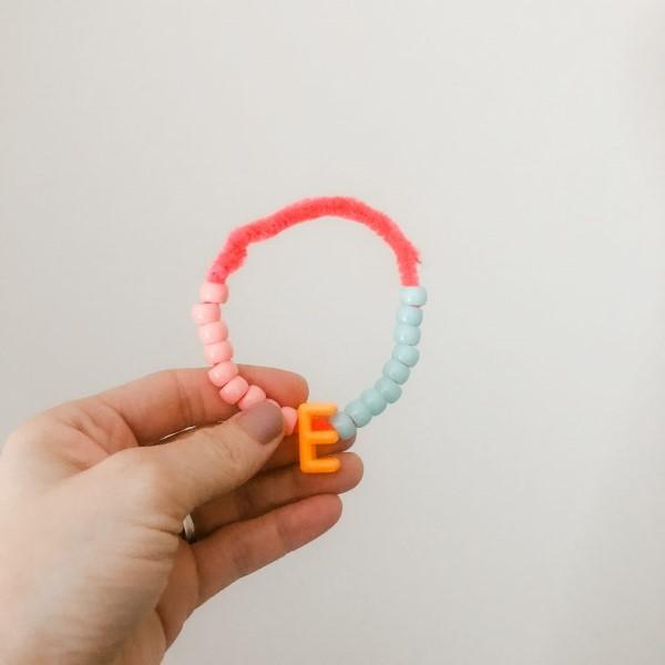 Basteln mit Pfeifenreinigern – 60 Bastelideen zum einfachen Nachmachen freundschaftsarmband diy kinder geschenk