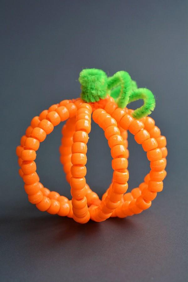 Basteln mit Pfeifenreinigern – 60 Bastelideen zum einfachen Nachmachen halloween herbst kürbis einfach perlen