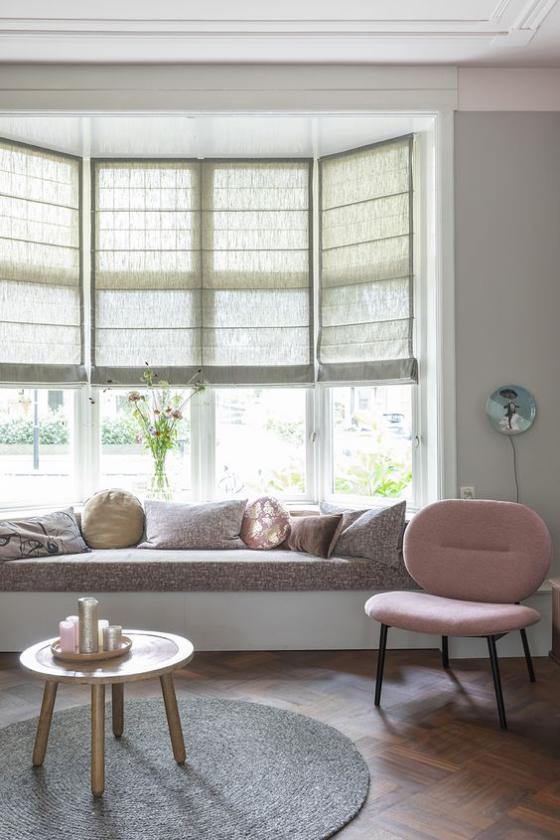 Erkerfenster Sitzecke Samtpolsterung Kissen Sessel links Blick auf grüne Landschaft ideen