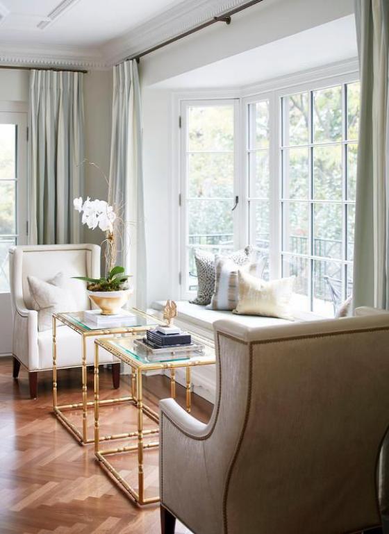 Erkerfenster Sitzecke viel Licht zwei Sessel zwei Tische Arbeitsecke