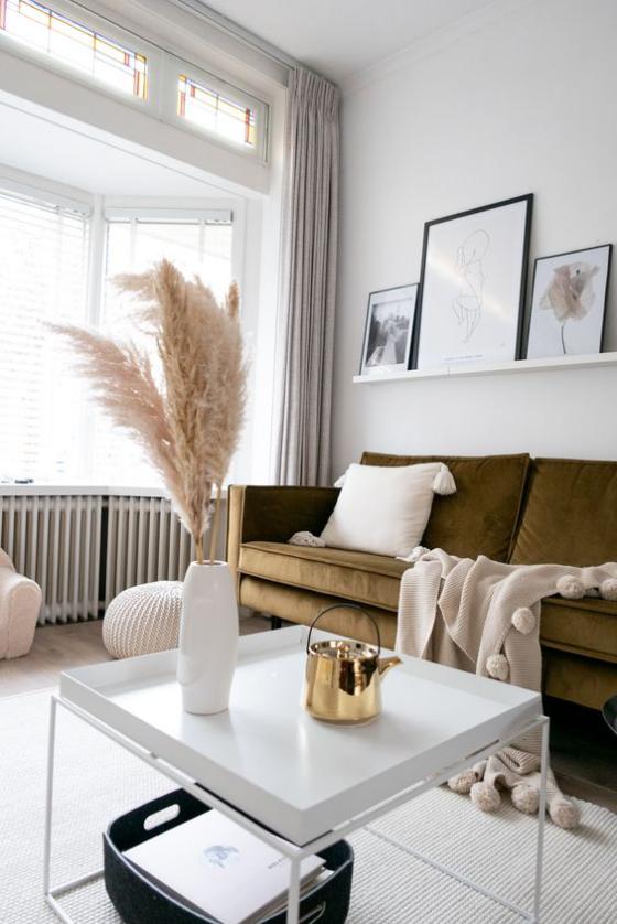 Erkerfenster Wohnzimmer in warmen Farbtönen bequemes Sofa Raumdeko aus Naturmaterialien