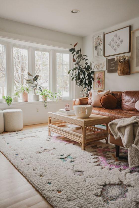 Erkerfenster gemütlich eingerichtetes Wohnzimmer bequeme Möbel weicher Teppich gedeckte Farben immergrüne Zimmerpflanzen