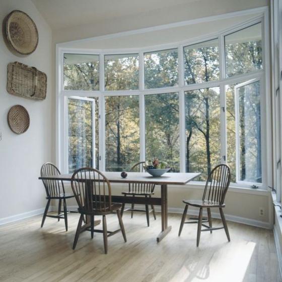 Erkerfenster im Esszimmer rustikales Flair wenig Wanddeko andere Möbel fehlen Natursicht Hinterhof
