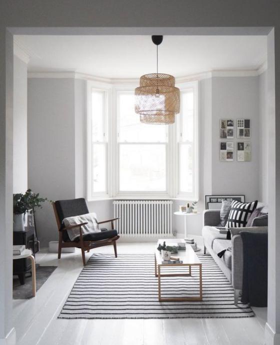 Erkerfenster im Wohnzimmer Raum in schwarz-weiß gestaltet Teppich in Streifen