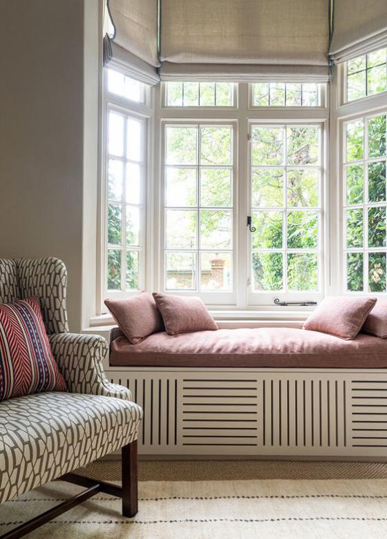 Erkerfenster im Wohnzimmer Sitzecke gemütliche Raumatmosphäre gedeckte Farben