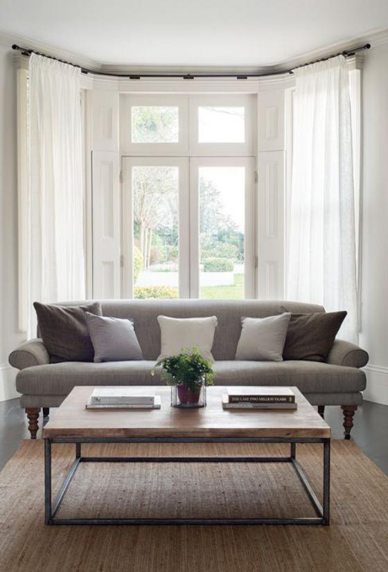 Erkerfenster im Wohnzimmer Sofa Fenstergardinen wenig Möbel