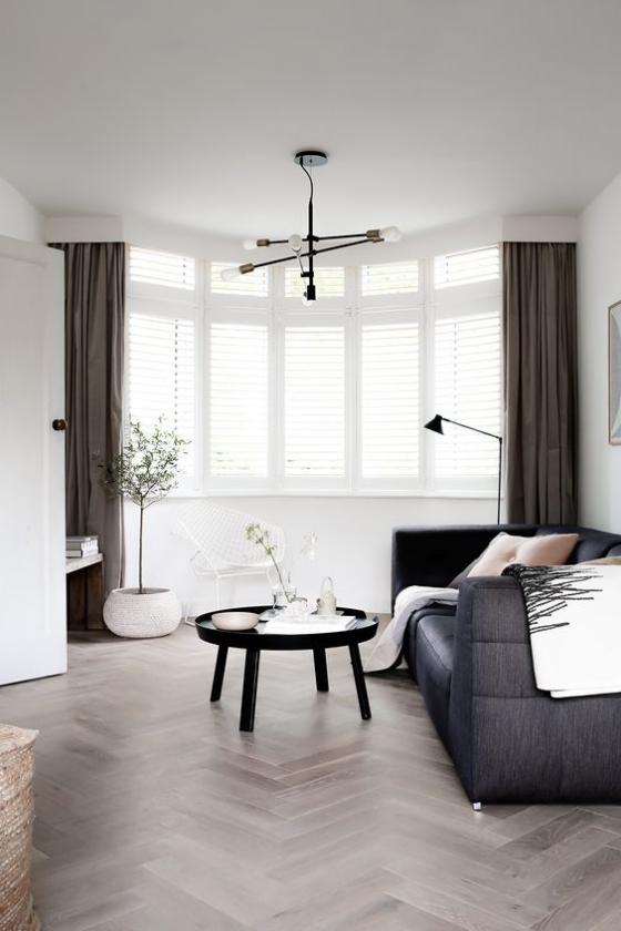 Erkerfenster im Wohnzimmer im skandinavischen Stil weiß-schwarz gestaltet
