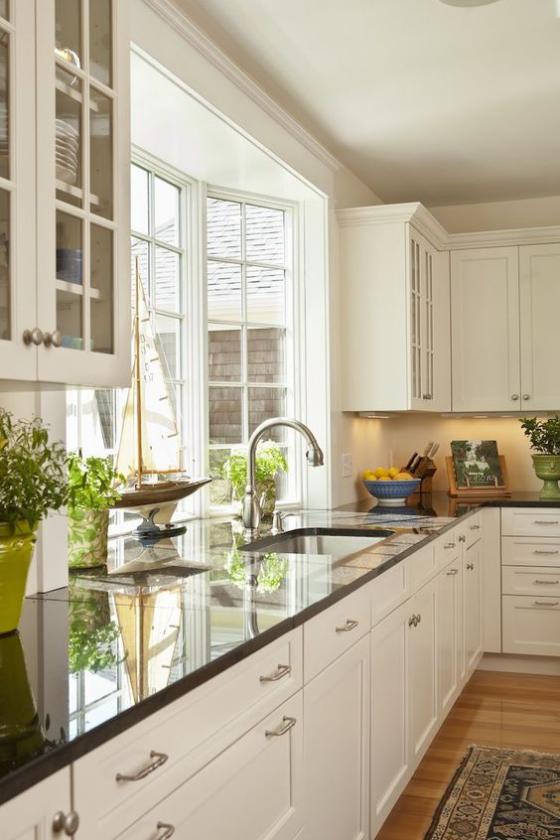 Erkerfenster in der modernen Küche Platz für Küchenkräuter in Töpfen