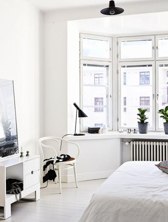 Erkerfenster schickes Schlafzimmer in weiß gestaltet gutes Panoramabild