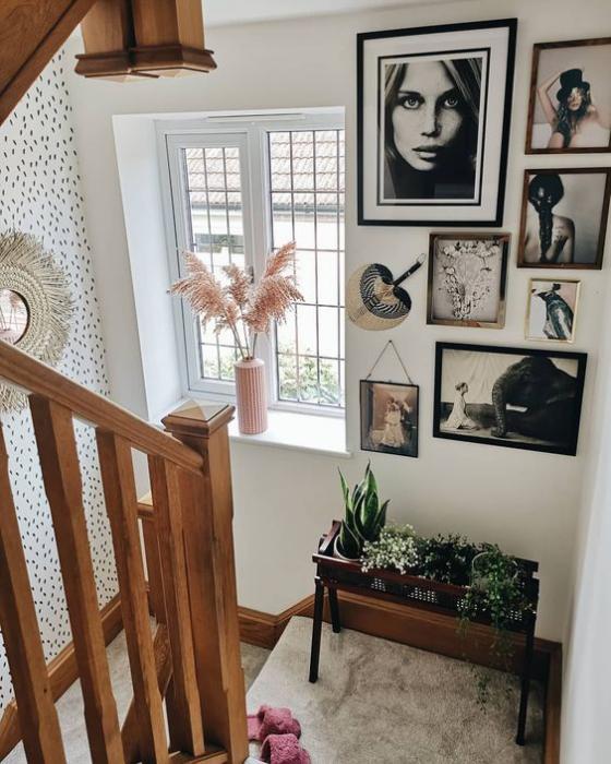 Fotowand im Treppenhaus Bilder in unterschiedlichen Rahmen verschiedene Größen und Farben interessante Hängung