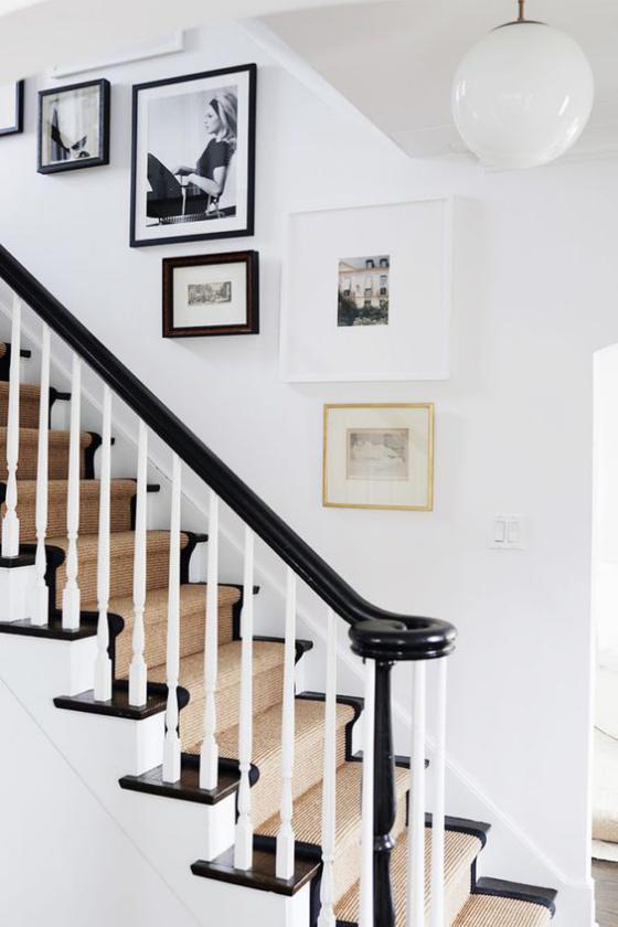 Fotowand im Treppenhaus Kantenhängung Bilder in verschiedene Rahmen unterschiedliche Größen gut miteinander kombiniert