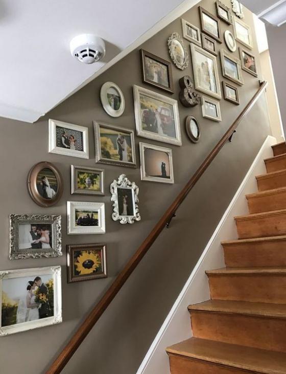 Fotowand im Treppenhaus Petersburger Aufhängung viele Bilder ausgefallene Bilderrahmen