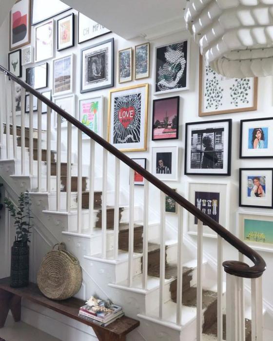 Fotowand im Treppenhaus Petersburger Hängung auffallend schön viele bunte Bilder