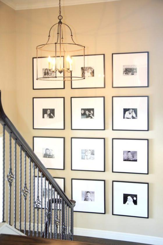 Fotowand im Treppenhaus Rasterhängung zwölf Bilder ein harmonisches Ganzes als Endergebnis