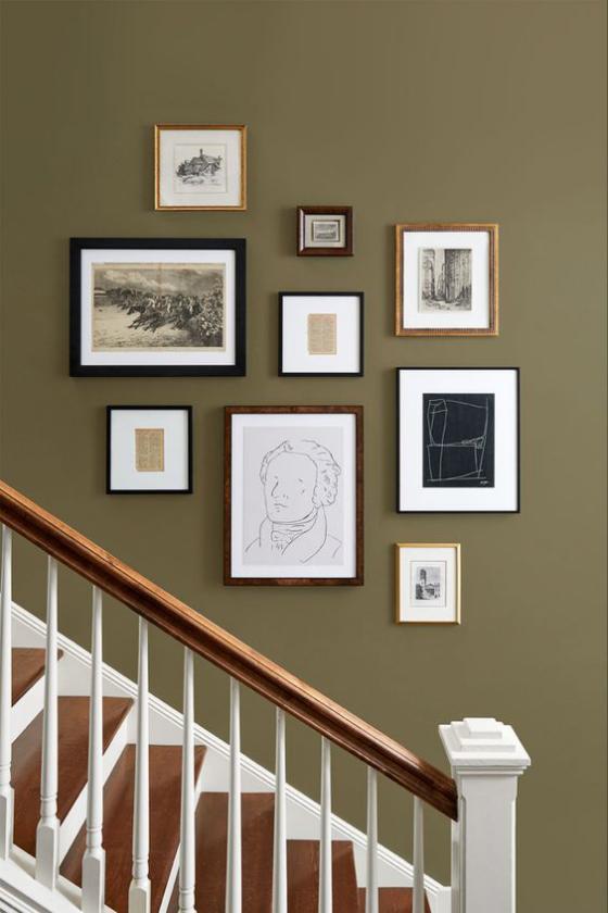 Fotowand im Treppenhaus dunkler Hintergrund Bilder in verschiedenen Größen Rahmen auffällige kreative Gestaltung