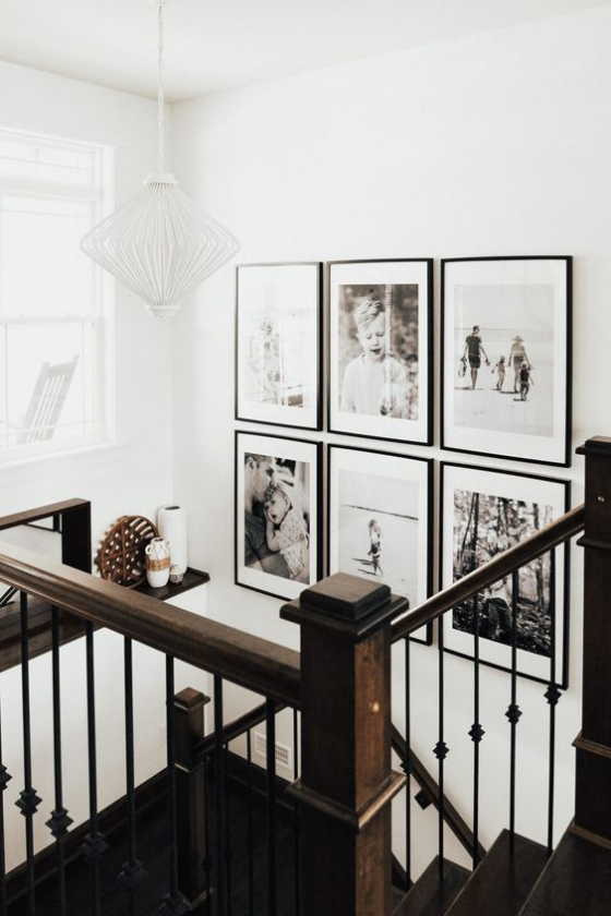 Fotowand im Treppenhaus gestalten kreative Aufgabe Rasterhängung sechs Kinder- und Urlaubsbilder