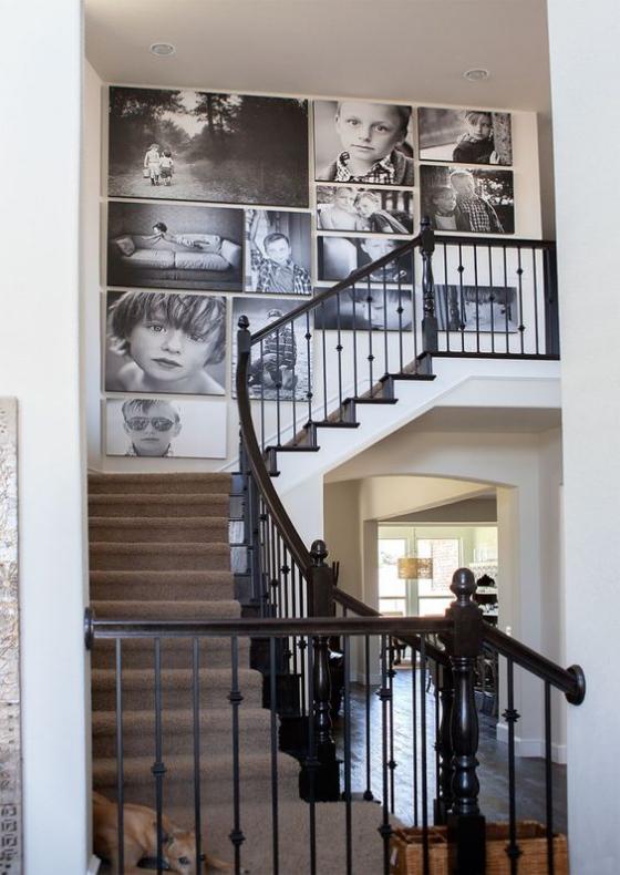 Fotowand im Treppenhaus großformatige Kinderbilder an einer Wand sehr auffällig