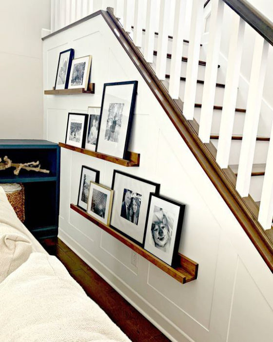 Fotowand im Treppenhaus jede Fläche nutzen Bilder auf leisten gestalten Blickfang im Wohnzimmer