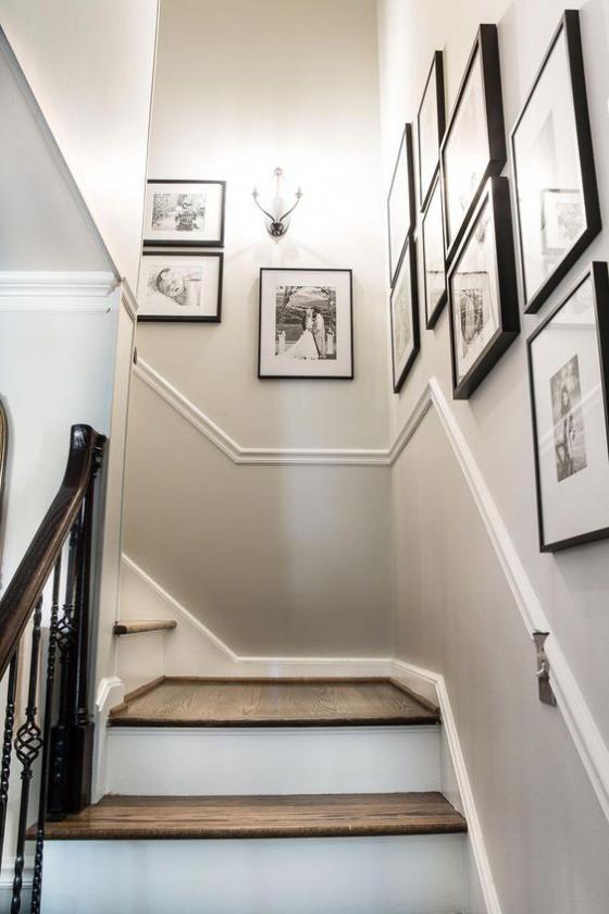 Fotowand im Treppenhaus kreativ gestaltet Wandlampe viele Kinder-und Urlaubsbilder