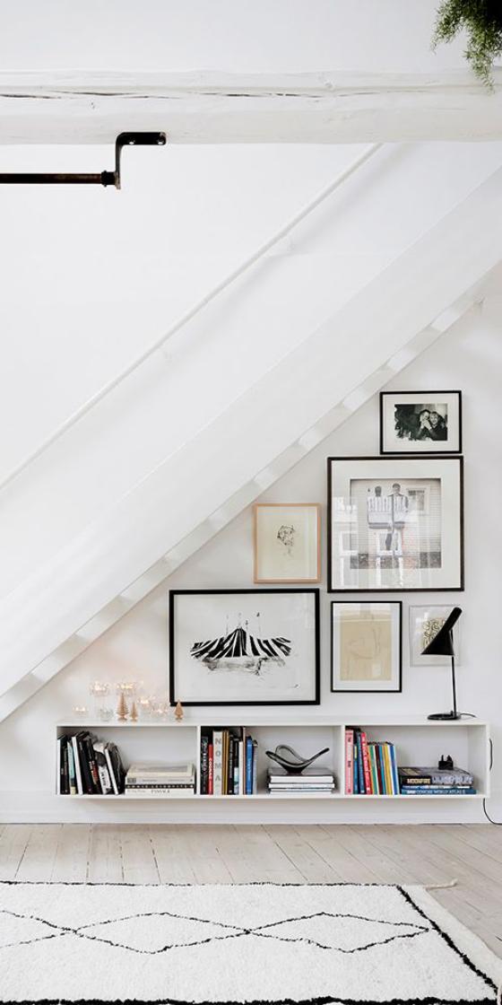 Fotowand im Treppenhaus kreative Gestaltung unter der Treppe über einem Bücherregal