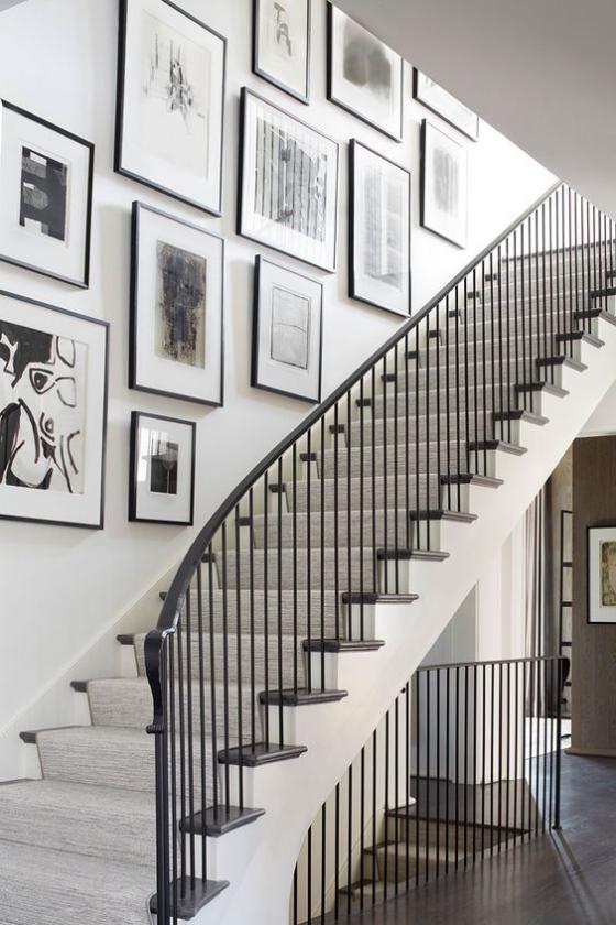 Fotowand im Treppenhaus kreative Gestaltung weite Treppe viele Bilder