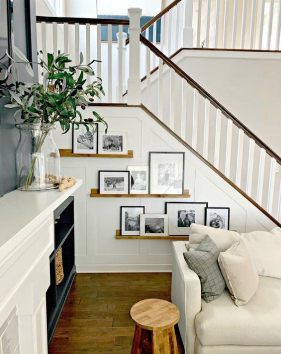 Fotowand im Treppenhaus modernes Wohnzimmer moderne Wandgestaltung unter der Treppe Bilder auf Leisten