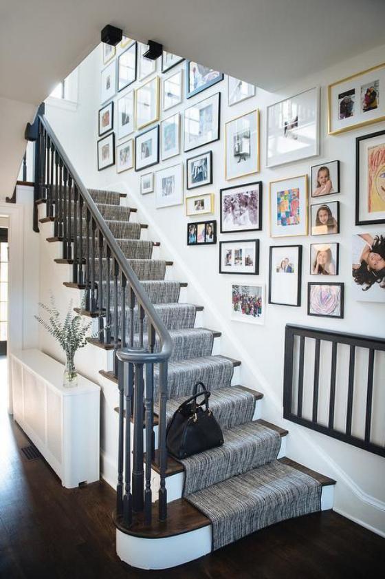 Fotowand im Treppenhaus viele Bilder bunt und schwarz-weiß kreativ gestaltet