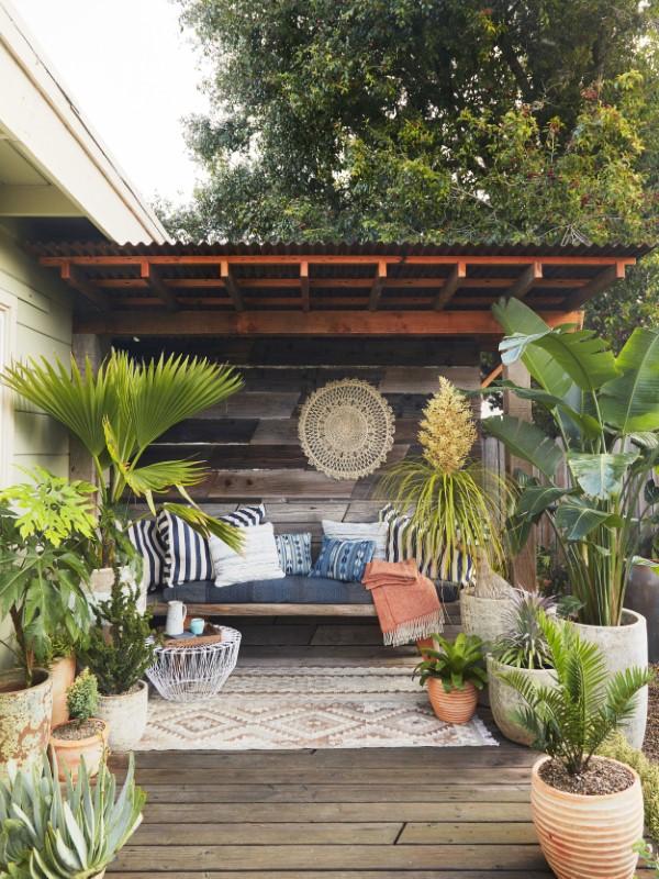 Gartenbank dekorieren – Ideen und Tipps für ein zauberhaftes Gartengefühl boho chic gartenbank exotisch