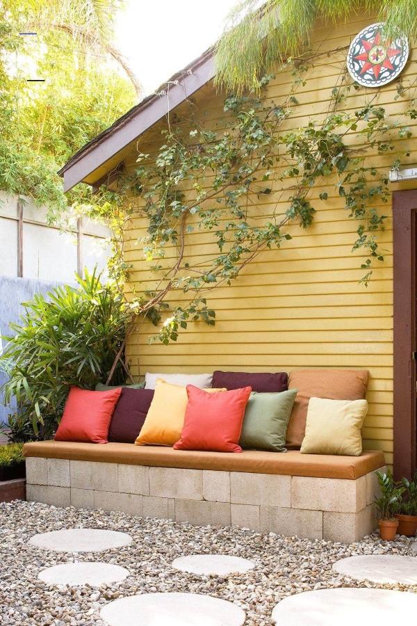 Gartenbank dekorieren – Ideen und Tipps für ein zauberhaftes Gartengefühl einfache deko mit wurfkissen