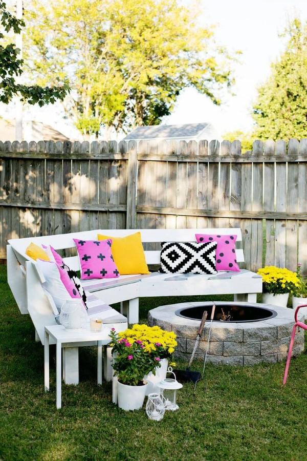 Gartenbank dekorieren – Ideen und Tipps für ein zauberhaftes Gartengefühl feuerstelle schale garten ideen