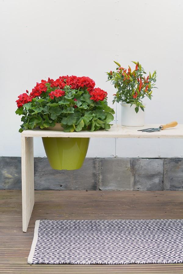 Gartenbank dekorieren – Ideen und Tipps für ein zauberhaftes Gartengefühl garten bank ideen mit blumentopf