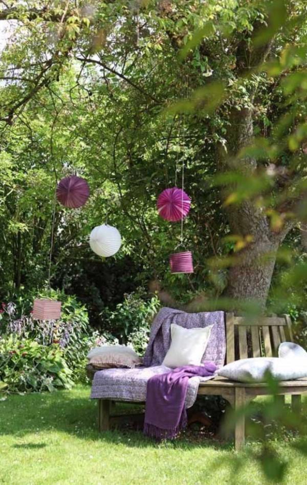 Gartenbank dekorieren – Ideen und Tipps für ein zauberhaftes Gartengefühl gartenbank um baum lila deko