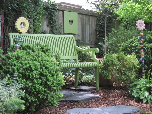 Gartenbank dekorieren – Ideen und Tipps für ein zauberhaftes Gartengefühl grüne garten bank schön
