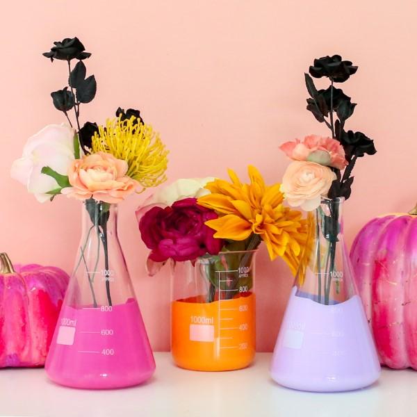 Glasvasen dekorieren – Ideen und Anleitung für künstlerisch begabte Bastler messbecher kolben glas deko acrylfarben