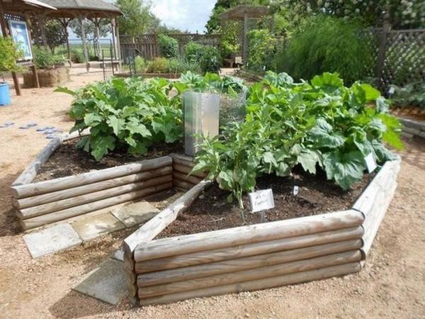 Hochbeet in Schlüssellochform aus Holzplatten anlegen kreisförmig Gemüse anbauen Kompostbehälter