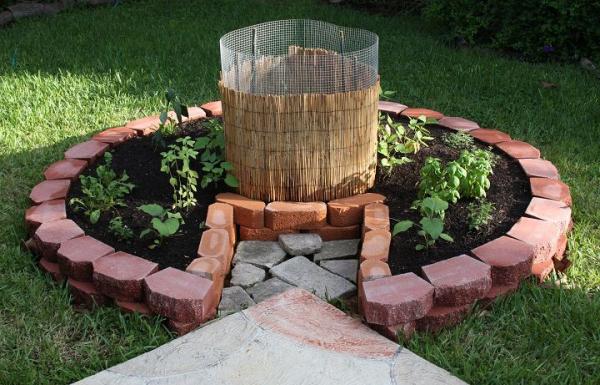 Hochbeet in Schlüssellochform aus Steinen gebaut Kompostbehälter in der Mitte mit der Höhe variieren