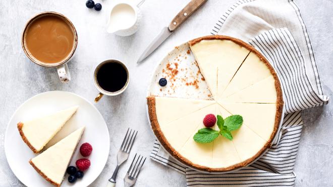 Käsekuchen ohne Backen mit Erd-Brom oder Himbeeren zum Kaffee trinken