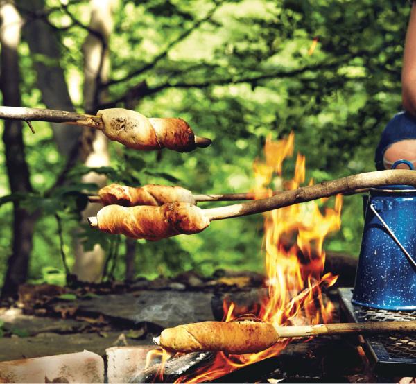 Köstliche und einfache Stockbrot Rezept Ideen perfekt fürs Lagerfeuer brot am feuer rösten ideen