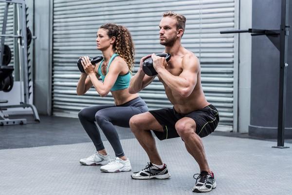 Ασκήσεις Kettlebell για στο σπίτι - ταιριάζει παρά τις καταλήψεις βάρους κορώνας
