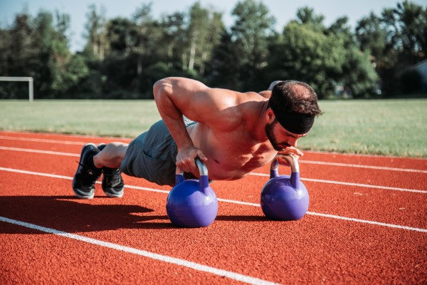 Kettlebell ασκήσεις για το σπίτι - ταιριάζει παρά τα Corona push-ups με βάρος