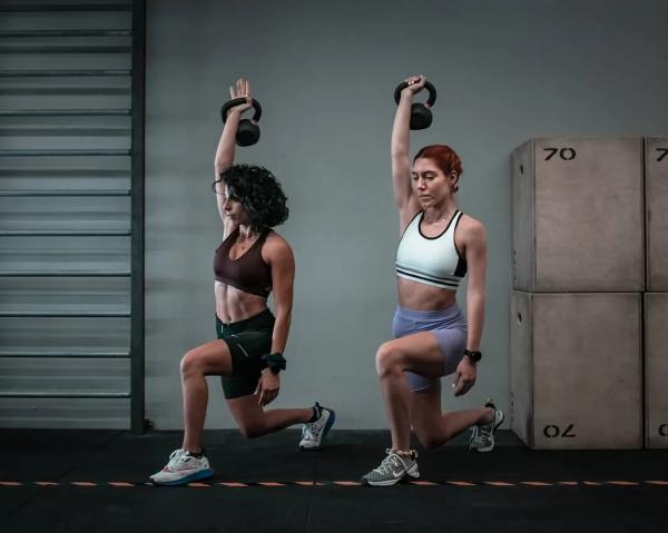 Οι ασκήσεις Kettlebell home - fit παρά Corona lunges με βάρος