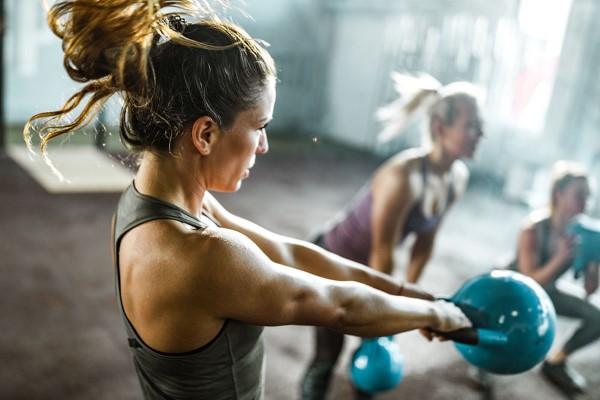 Οι ασκήσεις Kettlebell για στο σπίτι - ταιριάζουν παρά την άσκηση της ταλάντευσης κορώνας αεροβικών συνθηκών </strong><strong> n και αναερόβια </strong><strong> n ικανότητα </strong>: Οι ασκήσεις Kettlebell ακόμη και με χαμηλή ένταση ενισχύουν την καρδιά και τους πνεύμονες. Συνδυάζονται υπέροχα με προγράμματα άσκησης HIIT όπως το <a href=